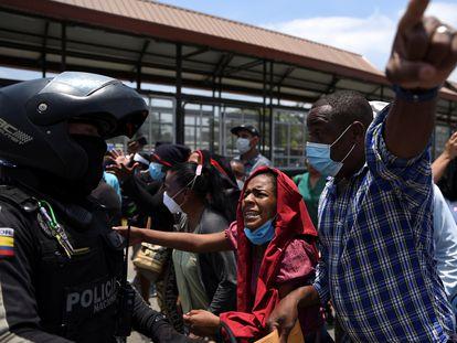 Familiares de los presos piden información de los suyos a los policías en los alrededores de la cárcel de Guayaquil.