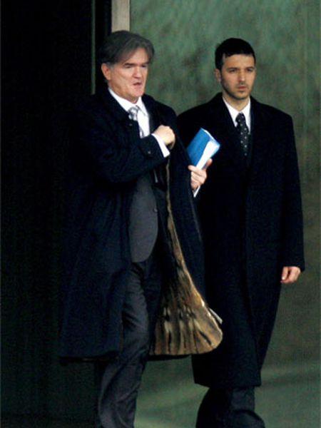 Marko, hijo de Slobodan Milosevic (derecha), sale del Instituto Forense holandés acompañado por uno de sus abogados.