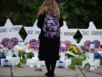 Una niña, frente al improvisado memorial instalado junto a la sinagoga atacada.