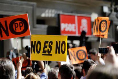 Ambiente a las puertas de la sede del PSOE de la calle Ferraz de Madrid durante el comité federal del partido.