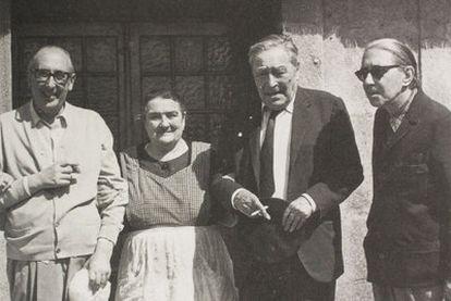 Álvaro Cunqueiro (á esquerda) con Carme Noel e os escritores Josep Pla e Gonzalo Torrente Ballester (dereita), nunha imaxe da <i>Fotobiografía</i> de Xerais.