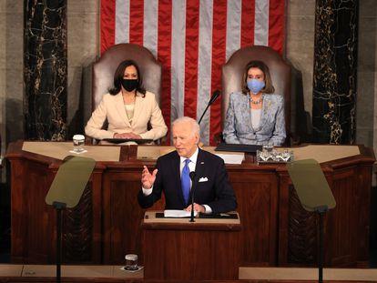 Joe Biden, presidente de Estados Unidos, durante su discurso. Le acompañan Kamala Harris, la vicepresidenta, y Nancy Pelosi, presidenta de la Cámara de Representantes.