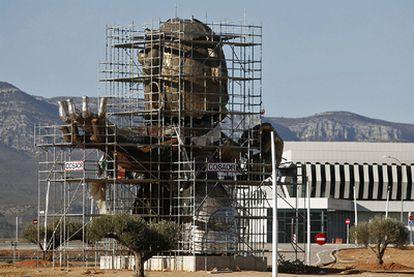 La enorme escultura de Ripollés con la cabeza de Carlos Fabra ya está casi terminada en las instalaciones del aeropuerto de Castellón.