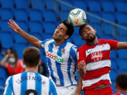 Merino y Herrera pelean un balón aéreo.
