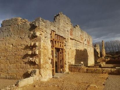 El antiguo monasterio de San Pedro de Eslonza que ahora es salvado de la naturaleza por los arquitectos leoneses Andrés Rodríguez y Susana Valbuena.