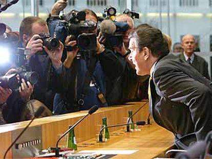 El canciller alemán, Gerhard Schröder, se dispone a ofrecer una rueda de prensa ayer en Berlín.