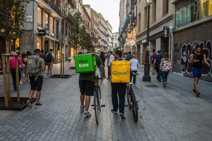 Repartidores de Glovo y Uber en Madrid, en 2019.