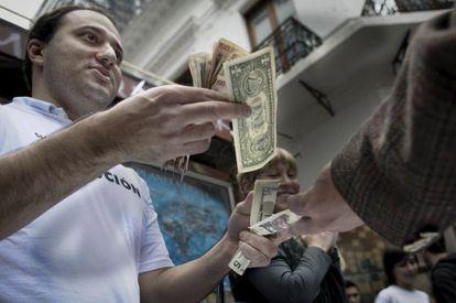 Un político opositor al Gobierno argentino escenifica la venta de dólares en el mercado negro