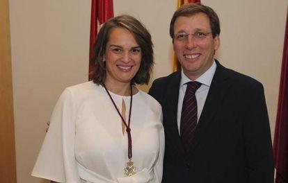 Loreto Sordo Ruiz, junto con el alcalde José Luis Martínez-Almeida.