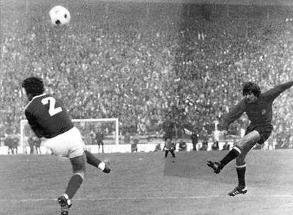 Julio Cardeñosa, a la izquierda, durante el Yugoslavia-España de 1977 previo al Mundial de 1978.