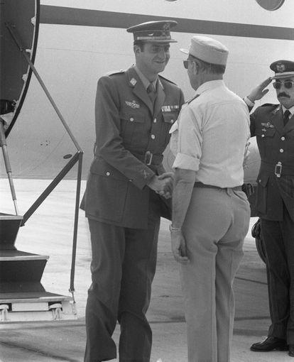 El entonces príncipe Juan Carlos de Borbón, a su llegada a El Aaiún, el 2 de noviembre de 1975.