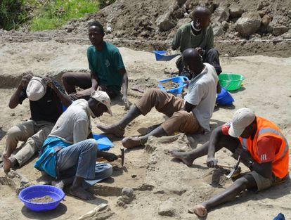 Trabajadores del yacimiento de 1.3 millones de años, en la garganta de FLK West de Olduvai (Tanzania), donde actualmente investiga el arqueólogo español del CSIC Ignacio de la Torre.