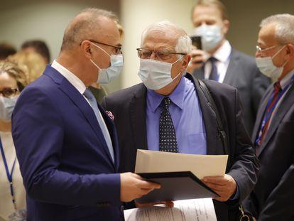 El alto representante de Política Exterior de la UE, Josep Borrell (derecha) habla con el ministro de Exteriores de Croacia, Gordan Grlic Radman, este lunes en Bruselas.