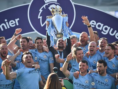 Guardiola celebra con su equipo el título de Premier del año pasado.