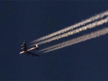 Un avión B-52 en pleno vuelo.