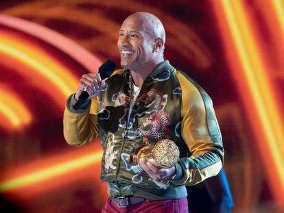 Dwayne Johnson, alias 'The Rock', recogiendo el premio Generation Award en la gala de los MTV Movie Awards anoche en Los Ángeles.