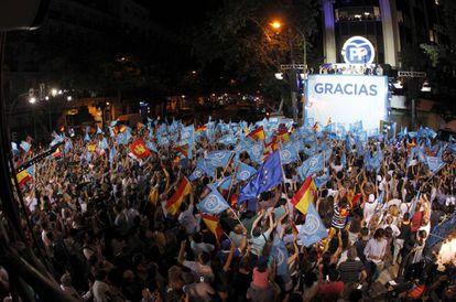 El presidente del Gobierno en funciones y líder del PP, Mariano Rajoy, y dirigentes del partido comparecen ante sus simpatizantes tras su triunfo el 26J.