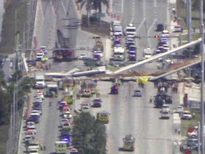 El puente peatonal que se ha derrumbado en Miami. En vídeo, tareas de rescate de las fuerzas de seguridad.