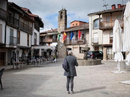 Plaza de Aniceto Marinas de Villanueva de la Vera (Cáceres), con el Ayuntamiento al fondo.