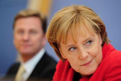 Angela Merkel junto a su ministro de Exteriores y vicecanciller, Guido Westerwelle, durante la conferencia de prensa, ayer en Berlín.
