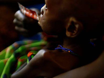 Una mujer alimenta a su hijo con el Plumpy Nut, un preparado contra la desnutrición, en un hospital en Juba (Sudán del Sur).
