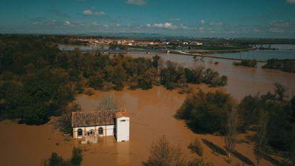 Desbordamiento del rio Ebro a la altura de Boquiñeni. Al fondo, el municipio de Pradilla.