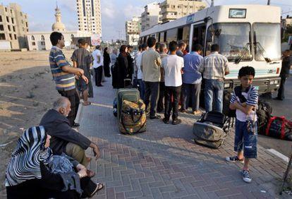 Palestinos esperan el autobús de Gaza a Egipto a través de Rafah en agosto de 2009.