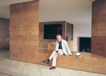 Rafael Moneo posa para ICON DESIGN en el vestíbulo del edificio Bankinter de 1976, que proyectó con Ramón Bescós en Madrid.  