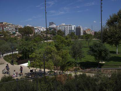 """Gran """"Clariana"""", la explanada de césped del norte del Parc de les Glòries, permanece cerrado."""