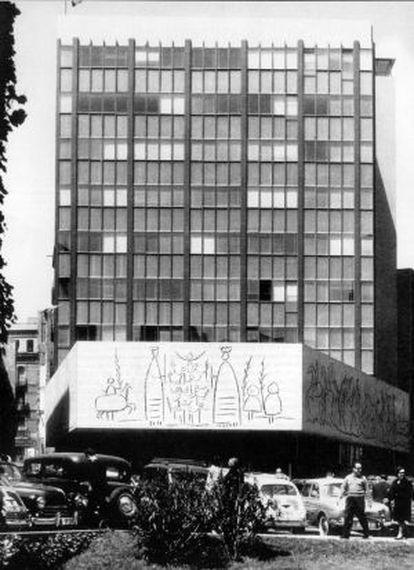 La seu del Col·legi d'Arquitectes a la plaça Nova de Barcelona, poc després d'haver-se estrenat.