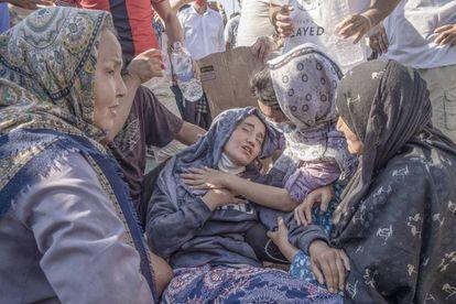 Una mujer se desmaya y convulsiona durante una manifestación organizada por migrantes para pedir libertad de movimiento, agua y comida.