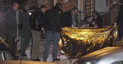 Levantamiento del cuerpo de la mujer asesinada ayer en Jaén.