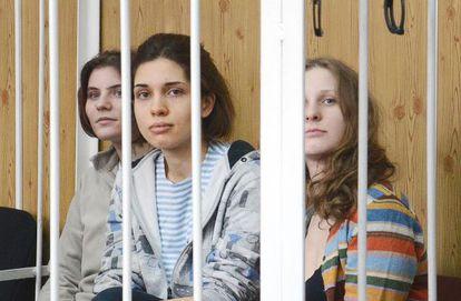 De izquierda a derecha, Y. Samutsevich, N. Tolokonnikova y M. Alyokhina, componentes del grupo en el juzgado el pasado 20 de julio, en Moscú.