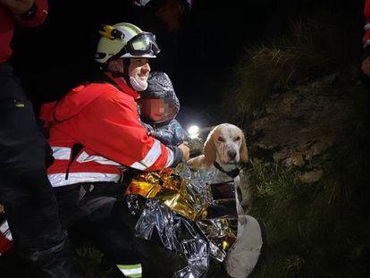El feliz rescate en Nochebuena de una familia que se refugió en una cueva tras perderse en la montaña