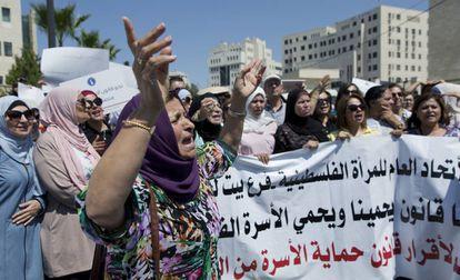Protesta de mujeres en Ramala por la muerte de Israa Ghrayev, el 2 de septiembre.
