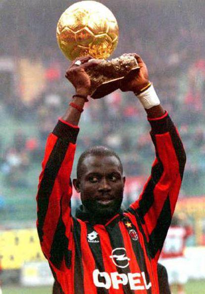 Weah levanta el balón de oro como jugador del Milan, en 1996.