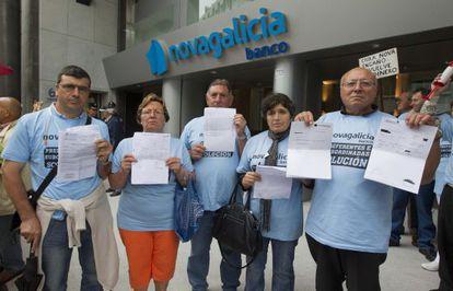 Afectados por las preferentes de Novagalicia Banco, ante la sede de Vigo.