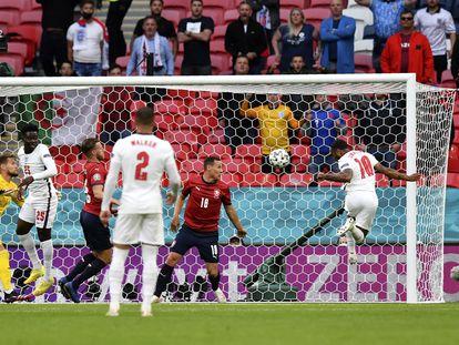 Sterling cabecea para marcar el 0-1, este martes en Wembley.