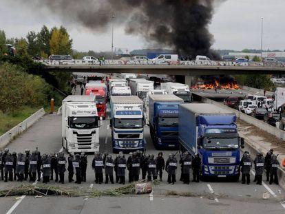 Camiones bloqueados en la AP-7 en Girona, este miércoles.