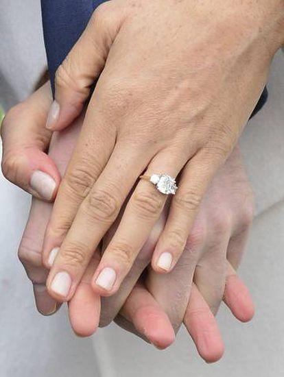Meghan Markle con el anillo de compromiso.