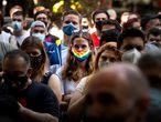 BARCELONA, 05/06/2021.- Participantes en la concentración celebrada en Barcelona, organizada por La plataforma LBTBIcat y el Observatorio contra la Homofobia, en protesta contra las agresiones homófobas del pasado fin de semana. EFE/ Enric Fontcuberta