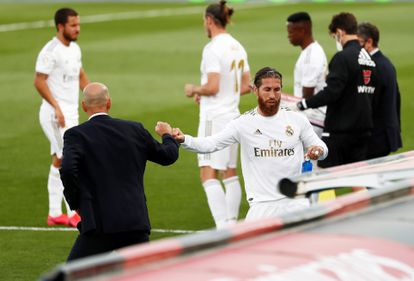 Zidane and Ramos greet each other at a Real Madrid-Eibar.