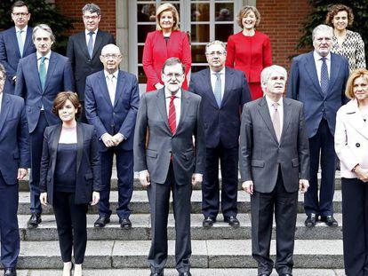 FOTO: El último gabinete de Mariano Rajoy posa en el Palacio de La Moncloa. / VÍDEO: Declaraciones de Rajoy, sobre los Presupuestos, desde Argelia.