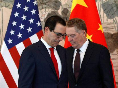 El secretario del Tesoro de EE UU, Steve Mnuchin (a la izquierda), y el representante de comercio, Robert Lighthizer, durante una visita a China el pasado 1 de mayo.