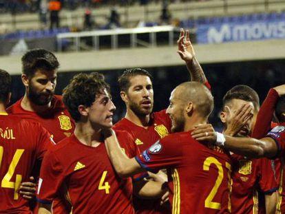 Los jugadores de España felicitan a Thiago por su gol ante Albania.