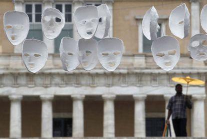 Máscaras ante el Parlamento griego que representan a los diputados que aprobaron el recorte.