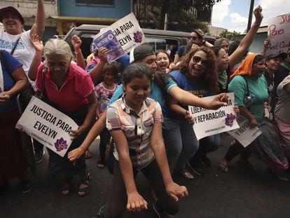 Mujeres celebran en Ciudad Delgado (El Salvador) en 2019 la retirada de cargos de Evelyn Hernández, presa por un aborto espontáneo y acusada de homicidio agravado.