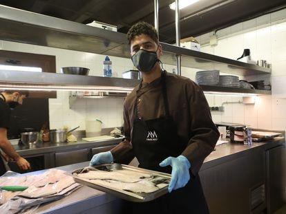 Mouad Lmadani, el joven marroquí que tras trabajar en el campo ha logrado un puesto en el restaurante L'Antic Molí en Ulldecona (Tarragona).
