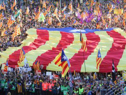 Los manifestantes, con Quim Torra a la cabeza, recorren el paseo del Prado hasta Cibeles