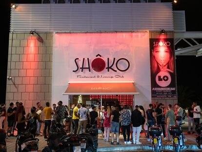 Grupos de jóvenes hacen cola para entrar a la discoteca Shoko de Barcelona, el pasado 27 de junio de 2021.